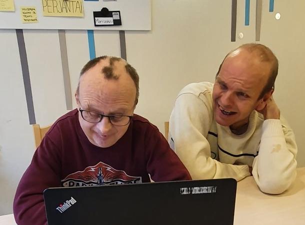 kaksi miestä tietokoneen ääressä