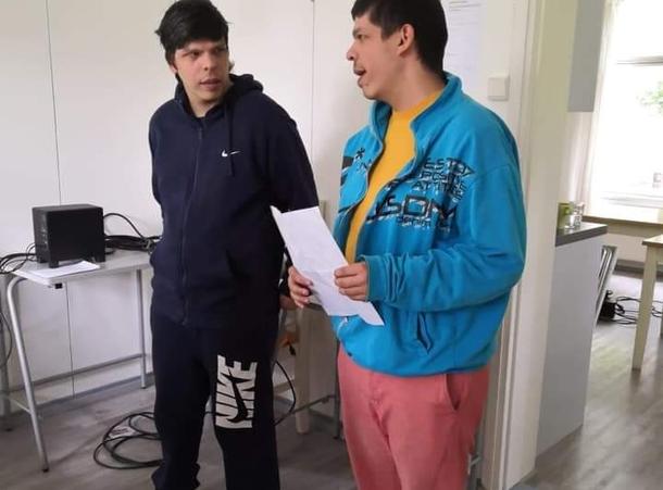 Kaksi avustavaa ohjaajaa
