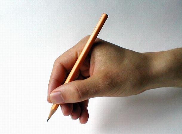 Käsi, jossa on lyijykynä valmiina kirjoittamaan valkoiselle paperille jotain