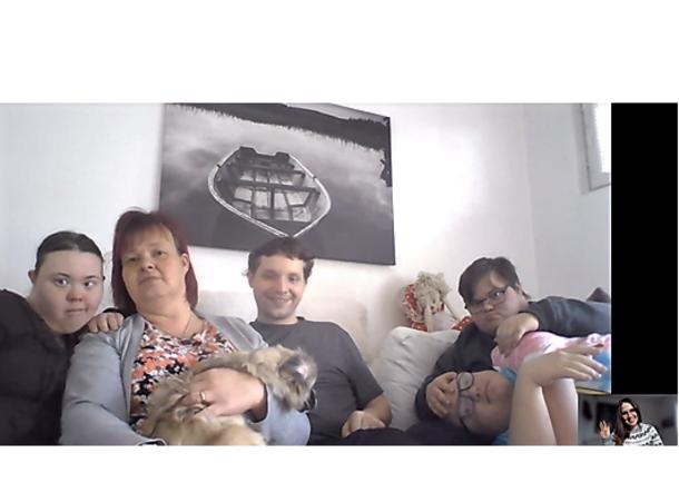viisi ihmistä ja koira sohvalla